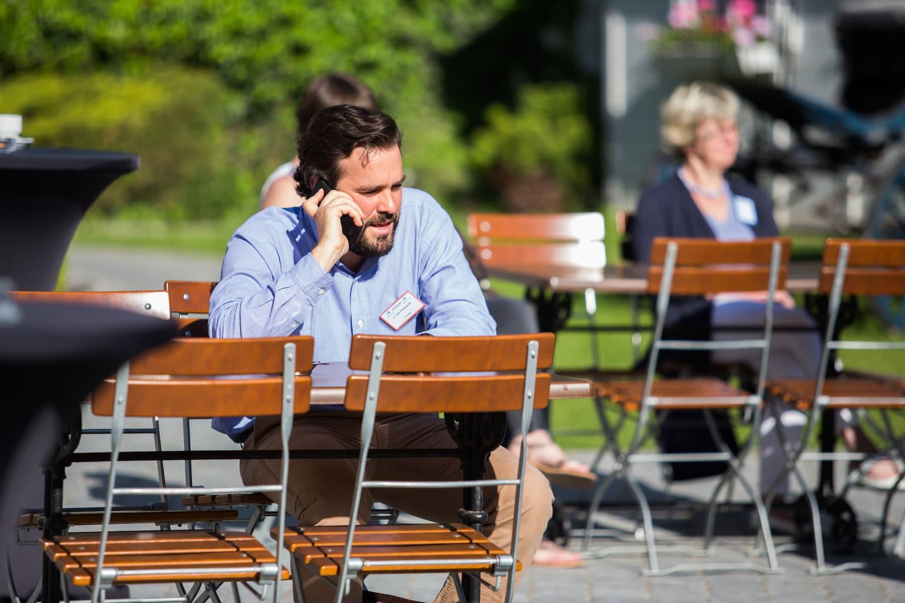 Participant téléphonant dans la cour
