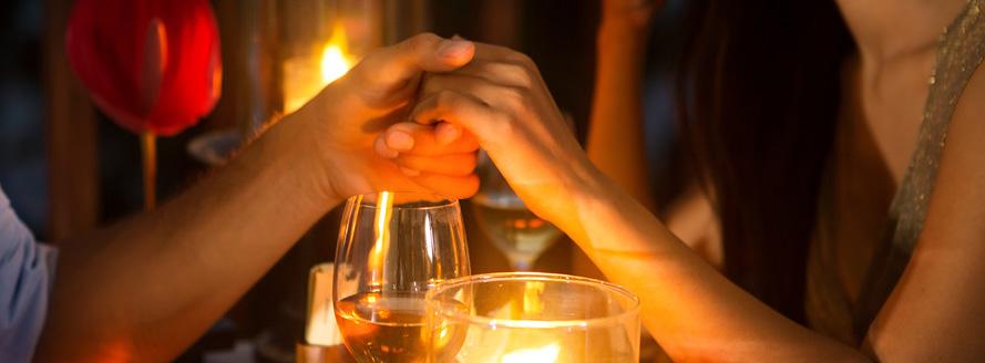 couple dînant ensemble aux chandelles